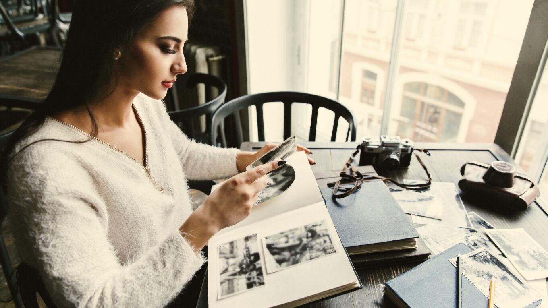 Žena prohlíží fotografie